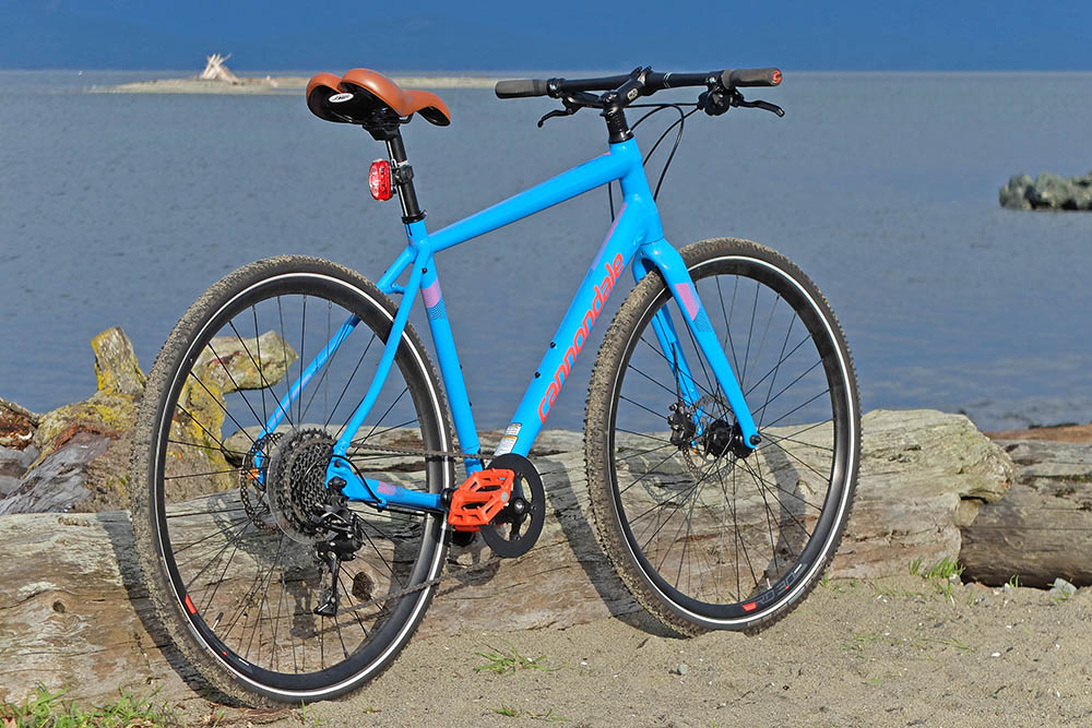 What are the traits of a hybrid bike?